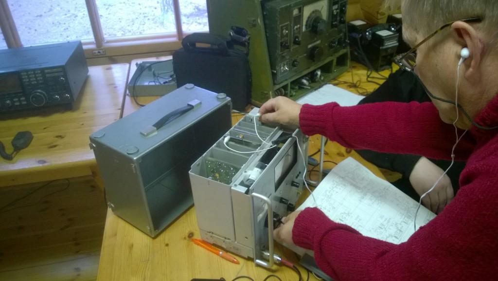 Pärkkä OH6KWV ihmettelee Mikon OH6FX radiota.